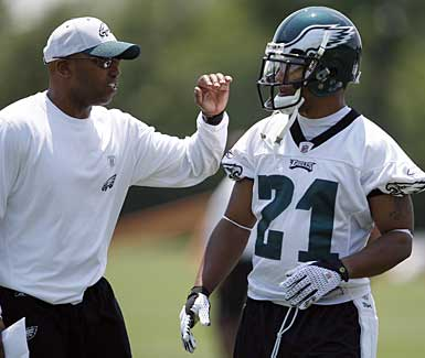 New Eagles assistant coach Brian Stewart, left, chats with cornerback Joselio Hanson during a practice earlier this week. (David Maialetti / Staff Photographer)