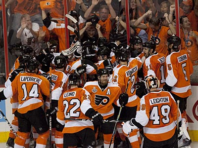 The Flyers celebrate Claude Giroux´s game-winning goal in overtime of Game 3 of the Stanley Cup Finals. (Ed Hille / Staff Photographer)
