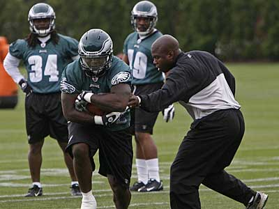Eagles fullback Leonard Weaver takes a handoff during Thursday´s practice. When Brian Westbrook returns to the field, Weaver will be his lead blocker. (Michael S. Wirtz / Staff Photographer)