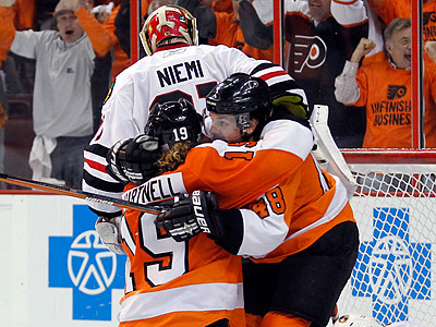 The Flyers´ Scott Hartnell and Danny Briere celebrate Hartnell´s third period goal.  (Yong Kim / Staff Photographer)