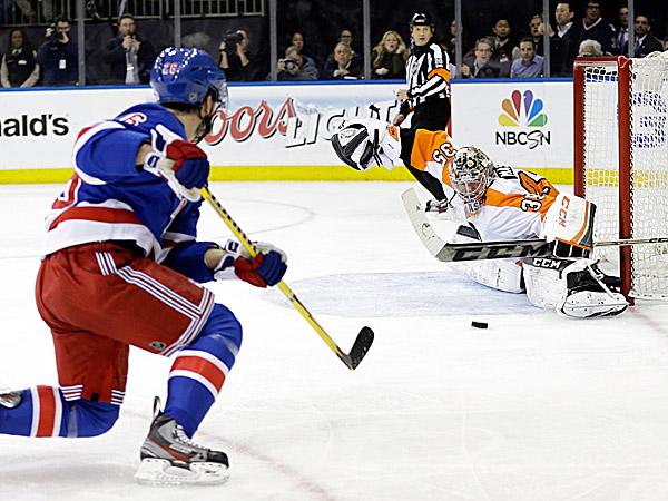 Flyers goalie Steve Mason stops a shot on the goal by the Rangers´ Martin St. Louis. (AP photo)