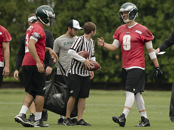 Eagles quarterbacks Mark Sanchez (left) and Nick Foles (right). (Matt Rourke/AP)