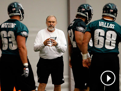 Offensive line coach Howard Mudd directs his players during Eagles minicamp at the NovaCare Complex. (David Maialetti/Staff Photographer)