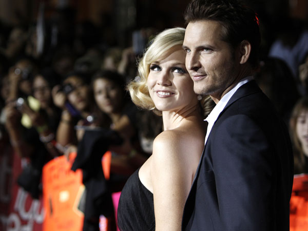 "Actors Peter Facinelli, right, and Jennie Garth arrive at the premiere of ""Twilight"" in Los Angeles on Monday, Nov. 17, 2008.  (AP Photo/Matt Sayles)"