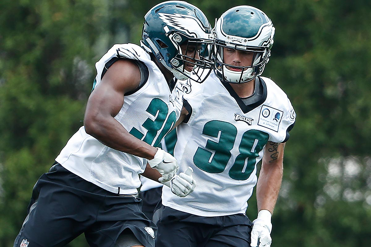 Eagles' Aaron Grymes (right) covers Jamal Wiltz during Eagles minicamp.