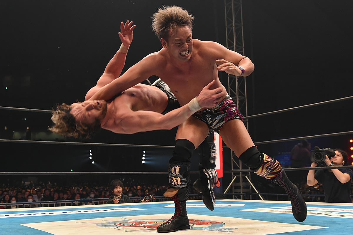 Kazuchika Okada (right) delivering his rainmaker clothesline to Kenny Omega during New Japan´s Wrestle Kingdom 11 back in January.