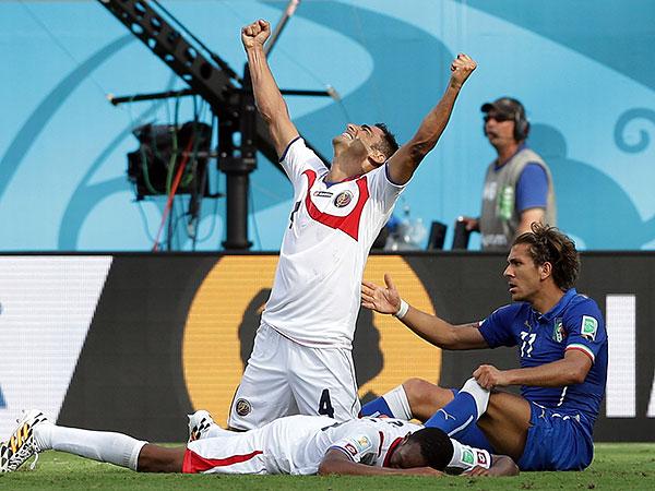 Costa Rica´s Michael Umaña celebrates at the final whistle of his team´s upset of Italy. (Antonio Calanni/AP)