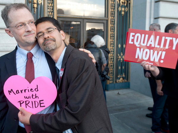 Outside San Francisco´s City Hall, partners John Lewis (left) and Stuart Gaffney embrace shortly before the Supreme Court ruling. (NOAH BERGER / AP)