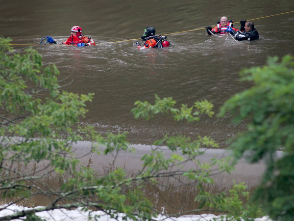 Philadelphia police marine unit officers inside Pennypack creek as they search for a missing youth. (ALEJANDRO A. ALVAREZ / STAFF PHOTOGRAPHER)