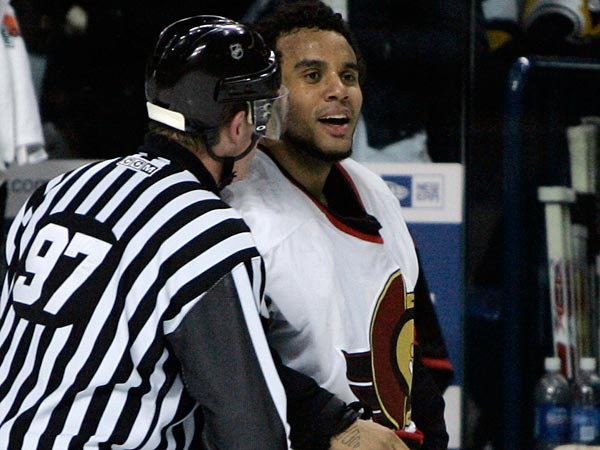 Ray Emery just wouldn´t stop laughing that day. (AP Photo/David Duprey)