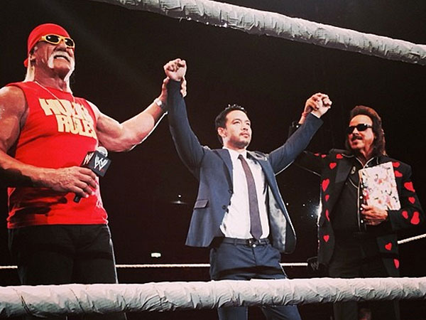Kenta (center) alongside Hulk Hogan (left) and Jimmy Hart (right). (Photo courtesy of WWE´s Instagram)