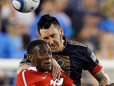 Manchester United´s Danny Welbeck, left, and Union´s Danny Califf battle for a header during the first half. (AP Photo/Matt Slocum)