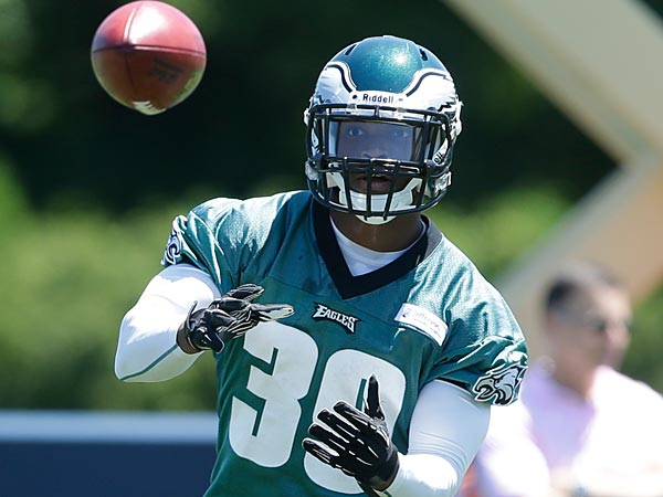 Philadelphia Eagles´ Matthew Tucker catches the ball during NFL football practice at the team´s training facility, Tuesday, June 4, 2013, in Philadelphia. (AP Photo/Matt Rourke)