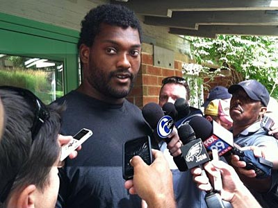 Offensive lineman Winston Justice talks to reporters at Eagles training camp in Lehigh. (Les Bowen/Staff)