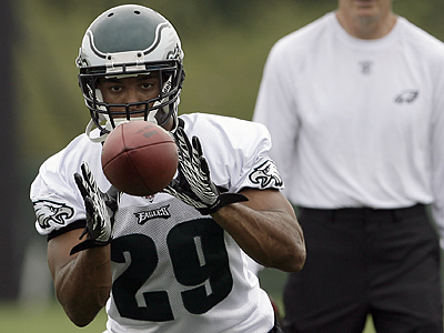 Nate Allen catches a pass during his first day at training camp. (Yong Kim / Staff Photographer)