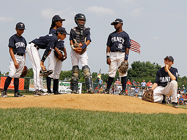 e85a5fd0f6d They wear navy blue and white uniforms ...