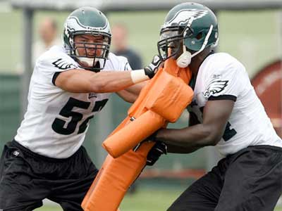 Eagles rookie Daniel Te´o-Nesheim runs through drills with Ricky Sapp.  (Yong Kim / Staff Photographer)