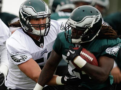 Casey Matthews was the Eagles´ starting middle linebacker in his first practice with the team. (David Maialetti/Staff Photographer)