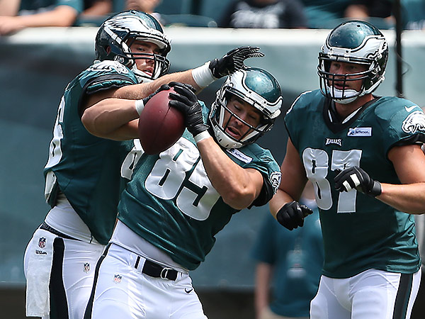 Eagles tight end James Casey catches a pass during Monday´s open practice at Lincoln Financial Field. (David Maialetti/Staff Photographer)