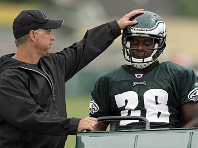 Eagles running back Mike Bell was carted off the field during today´s afternoon practice. (Yong Kim / Staff Photographer)