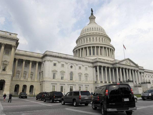 President Barack Obama´s motorcade sits outside on Capitol Hill in Washington, Wednesday, July 31, 2013. (AP Photo/Susan Walsh)