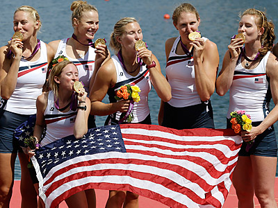 Members of the U.S. women´s eight rowing team celebrate their gold medal. (AP Photo/Natacha Pisarenko)