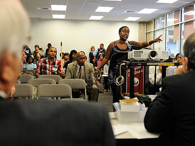 Gloria Thomas, a parent of a high school student in West Philadelphia, addresses the meeting of the School Reform Commission Wednesday. She said she is a supporter of Superintendent Arlene C. Ackerman. (Tom Gralish / Staff Photographer)