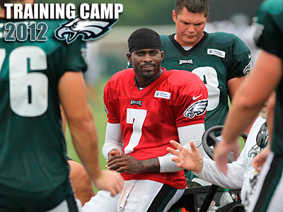Michael Vick took the field with the Eagles´ first-team offense for the first time on Saturday. (Michael Bryant/Staff Photographer)
