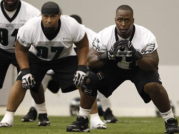 Damion Square, right, and Isaac Sopoaga, left, move side-to-side in a drill during Eagles training camp at the NovaCare Complex in Philadelphia on August 1, 2013. (David Maialetti/Staff Photographer)