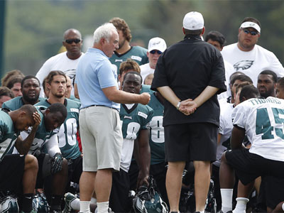 Eagles´ owner Jeffrey Lurie talks with his players after the son of head coach Andy Reid was found dead. (David Maialetti/Staff Photographer)