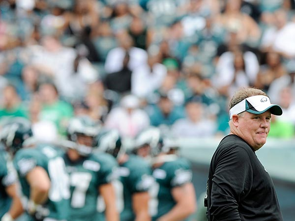 Philadelphia Eagles coach Chip Kelly watches his team practice at the NFL football team´s training camp in Philadelphia, Sunday, July 28, 2013. (AP Photo/Michael Perez)
