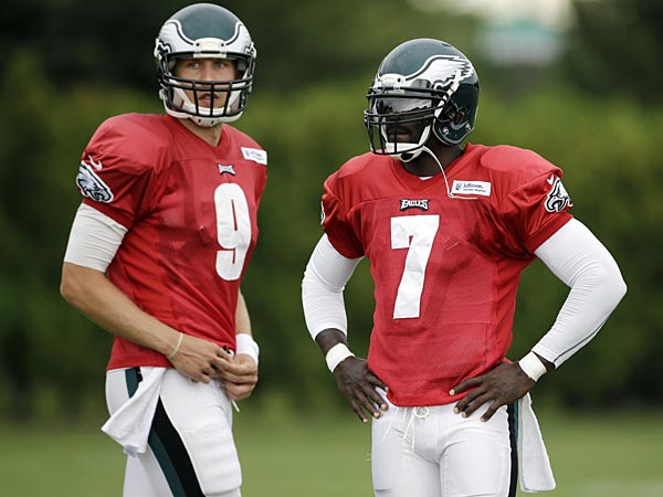 Eagles quarterbacks Nick Foles (left) and Michael Vick (right). (Matt Slocum/AP)