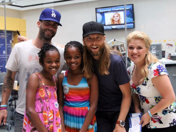 From left: Adam Levine, two lucky fans, James Valentine, and Kelly Clarkson at the Seacrest Studios in Children´s Hospital of Philadelphia. (Twitter)