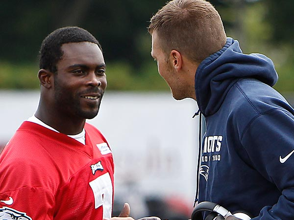 Eagles&acute; head coach Chip Kelly, left, watches as Eagles&acute; Michael Vick,<br />center, and Patriots&acute; Tom Brady, right,  greets each other after the<br />Eagles Patriots joint training camp session. (David Maialetti/Staff Photographer)