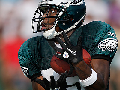LeSean McCoy catches a pass during a drill at Eagles training camp. (David Maialetti / Staff Photographer)