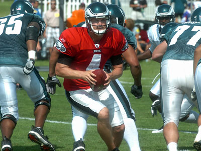 Eagles backup quarterback Kevin Kolb is headed back to Philadelphia after suffering a knee injury during Monday morning´s practice  (AP photo / Joe Gill)