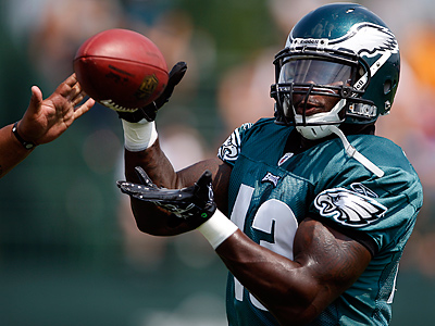 Leonard Weaver catches a pass during a drill at Eagles training camp at Lehigh University. (David Maialetti / Staff Photographer)