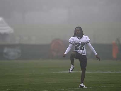 Asante Samuel warms up in the fog before the start of the morning session at Eagles Training Camp on Monday. (David Maialetti / Daily News)