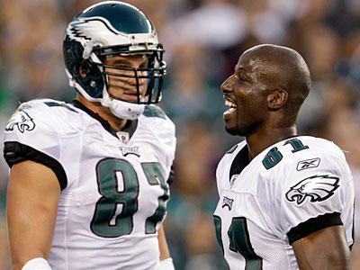 Brent Celek and Jason Avant celebrate Celek´s first quarter touchdown on Thursday. (David Maialetti/Staff Photographer)