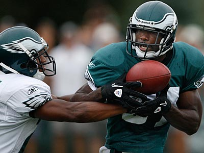 Joselio Hanson, left, breaks up a pass to Jason Avant during morning pratice. (David Maialetti / Staff Photographer)