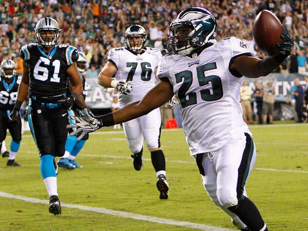LeSean McCoy scoring a touchdown. (David Maialetti/Staff Photographer)