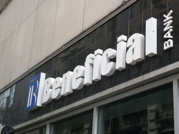 Beneficial Bank sign at 12th and Chestnut Streets, Philadelphia. (Reid Kanaley / Staff)