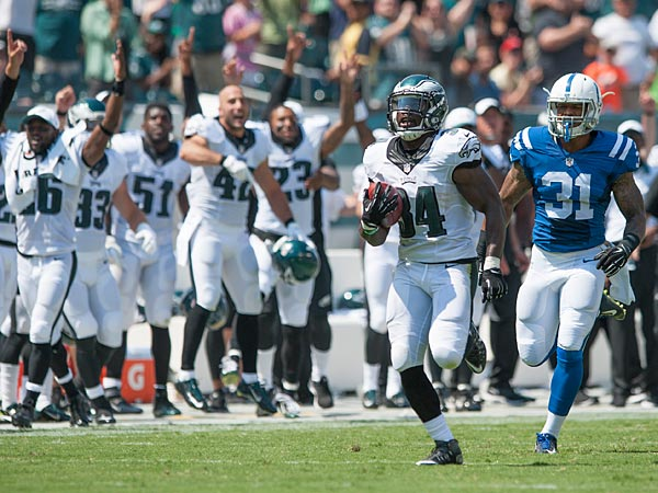 Kenjon Barner outraces the Colts´ Dewey McDonald.