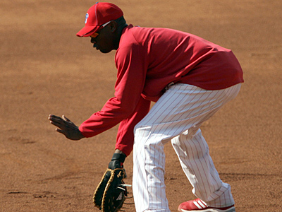 Ryan Howard tests his ankle while fielding ground balls before last night´s game. (Yong Kim / Staff Photographer)