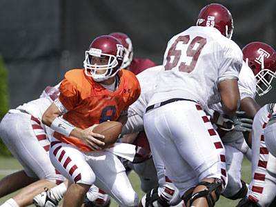 Quarterback Mike Gerardi looks to hand off the ball in a scrimmage at Temple´s practice facility. (David Swanson/ Staff Photographer)