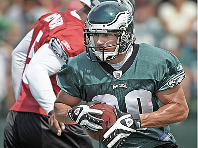 Eagles wide receiver Kevin Curtis will have sports hernia surgery and be sidelined for a significant amount of time. (Yong Kim/Daily News)