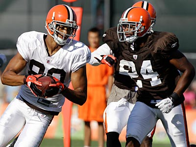 Former Eagle Sheldon Brown (left), who is now with the Browns, said some of his teammates did not buy into last year´s defense. (AP Photo / Mark Duncan)