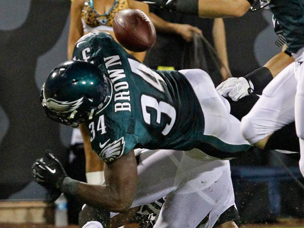 Eagles running back Bryce Brown fumbles. (Ron Cortes/Staff Photographer)