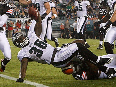 Ronnie Brown scored the Eagles first touchdown against the Browns on Thursday. (Ron Cortes/Staff Photographer)