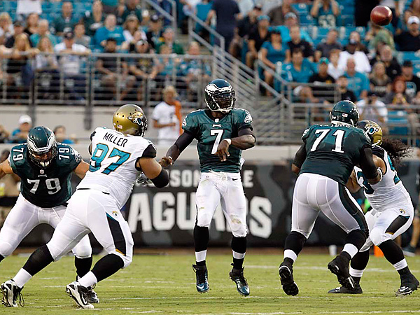 Michael Vick throws the football against the Jaguars. (Ron Cortes/Staff Photographer)